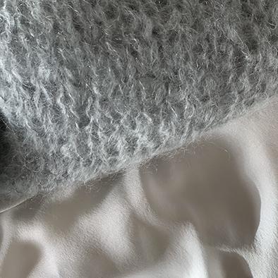 pull gris polaire et soie de jour ivoire | Jeanne Voilier, soies de jour et bijoux précieux