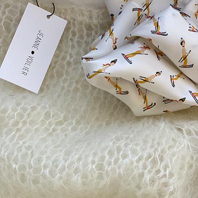 pull ivoire et carré de soie haute saison | Jeanne Voilier, soies de jour et bijoux précieux
