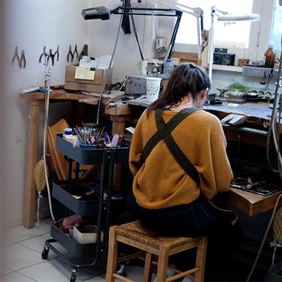 marie, joaillère pour Jeanne Voilier, créatrice soie et bijoux précieux