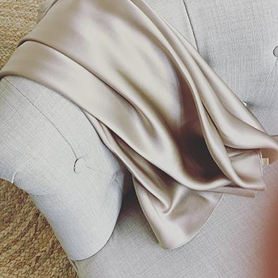 soie satinée mastic Louise | Jeanne Voilier, créatrice soies et bijoux précieux