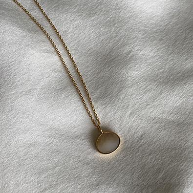 bijou or 18 carats et nacre blanche MOON   Jeanne Voilier, créatrice soie et bijoux précieux