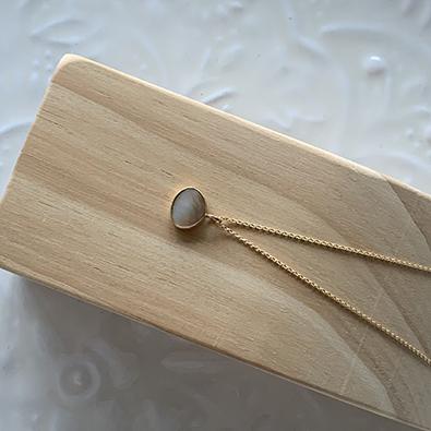 bijou or 18 carats et nacre blanche MOON | Jeanne Voilier, créatrice soie et bijoux précieux