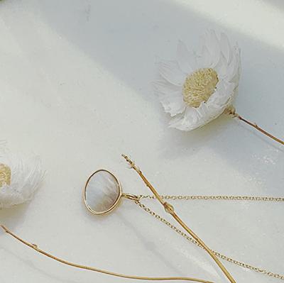 bijou or et nacre Moon | Jeanne Voilier, soies de jour et bijoux précieux