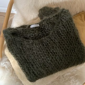 hand-knitted jumper by Jeanne Voilier